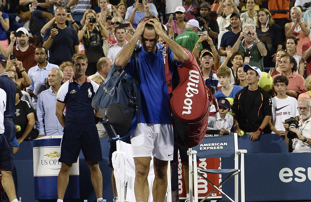 Roger Federer de Suiza reacciona mientras abandona la cancha tras perder un partido contra Tommy Robredo en los octavos de final del US Open. Foto: EFE