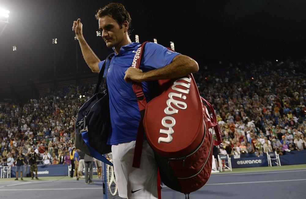 Roger Federer de Suiza se despide del público, tras perder un partido contra Tommy Robredo en los octavos de final del US Open. Foto: EFE
