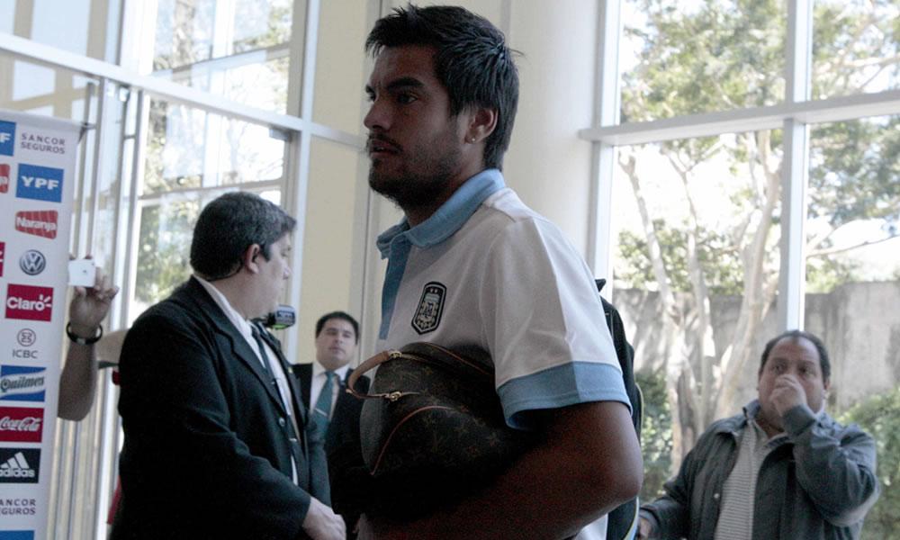 El jugador de la selección de fútbol argentino, Sergio Romero (c), a su llegada a Asunción. EFE