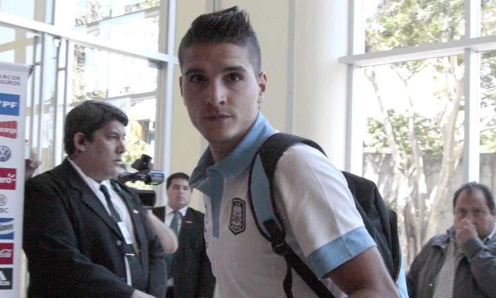 El jugador de la selección de fútbol argentino, Erik Lamela (c), su llegada a Asunción. EFE