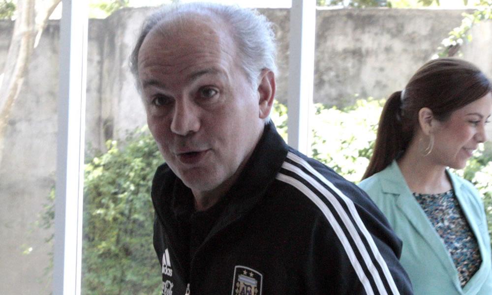 El técnico de la selección de fútbol argentino Alejandro Sabella a su llegada a Asunción. EFE