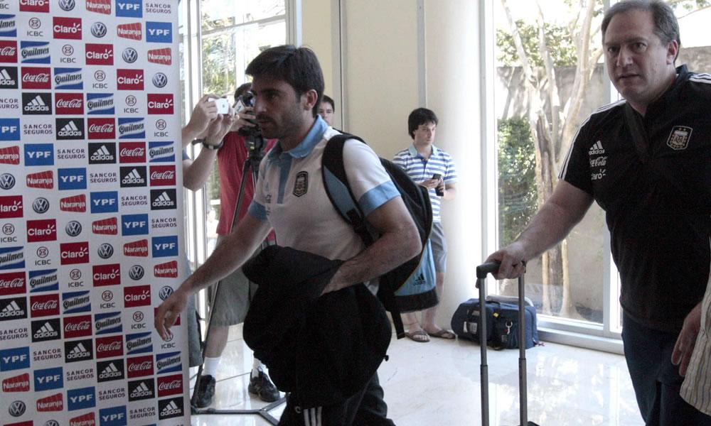 El jugador de la selección de fútbol argentino, Rodrigo Braña (i), a su llegada a Asunción. EFE