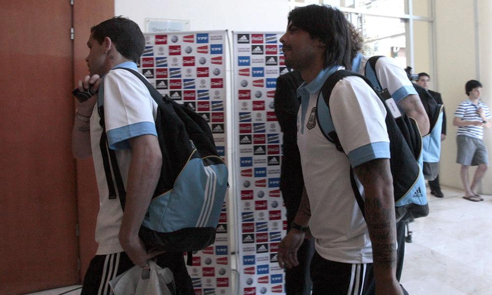 Los jugadores de la selección de fútbol argentino Fernando Gago (i) y Ever Banega (d) a su llegada a Asunción. EFE