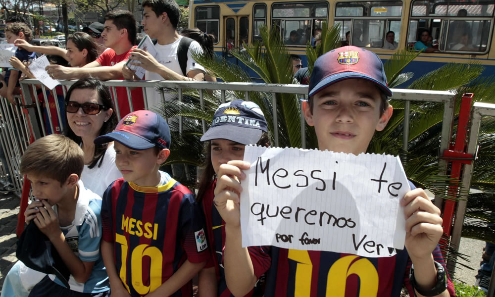 Un grupo de aficionados espera la llegada de los jugadores de la selección de Argentina. EFE