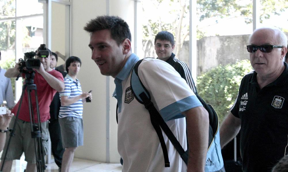 El jugador de la selección de fútbol argentino Lionel Messi a su llegada a Asunción. EFE
