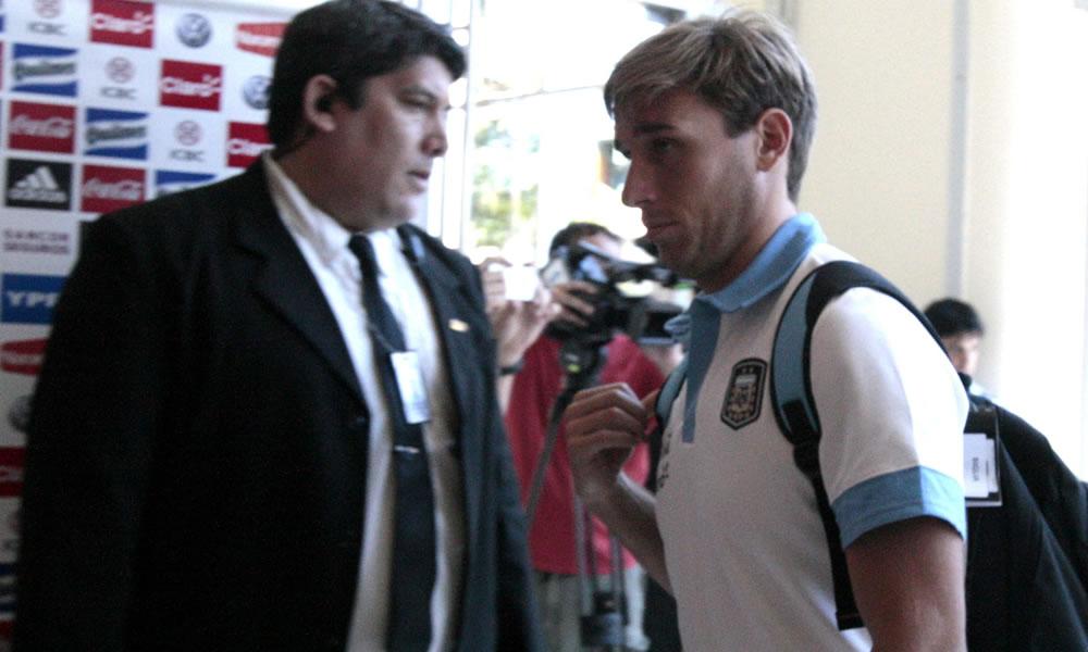 El jugador de la selección de fútbol argentino Luca Biglia (d) a su llegada a Asunción. EFE