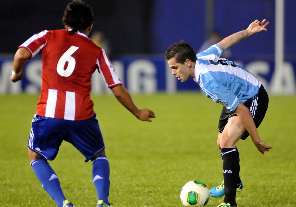 Óscar Romero (i) de Paraguay disputa el balón con Fernando Gago (d) de Argentina. Foto: EFE