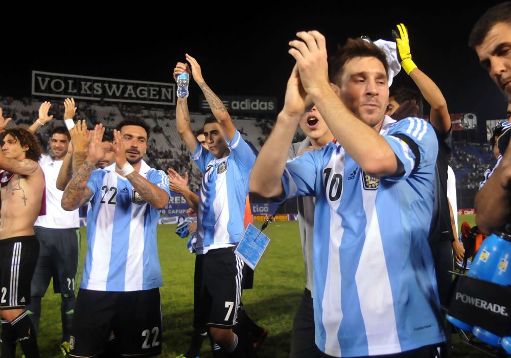 Leo Messi (d) de Argentina celebra con sus compañeros de equipo. Foto: EFE