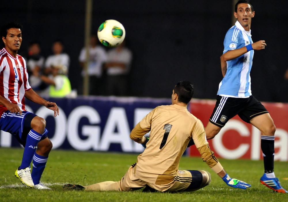 Salustiano Candia (i) y Roberto Fernandez (c) de Paraguay disputan el balón con Ángel Di María (d) de Argentina. Foto: EFE