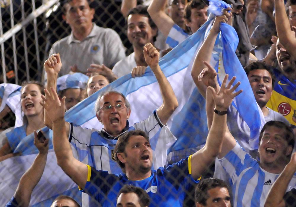 eguidores de la selección de fútbol de Argentina animan a su equipo. Foto: EFE