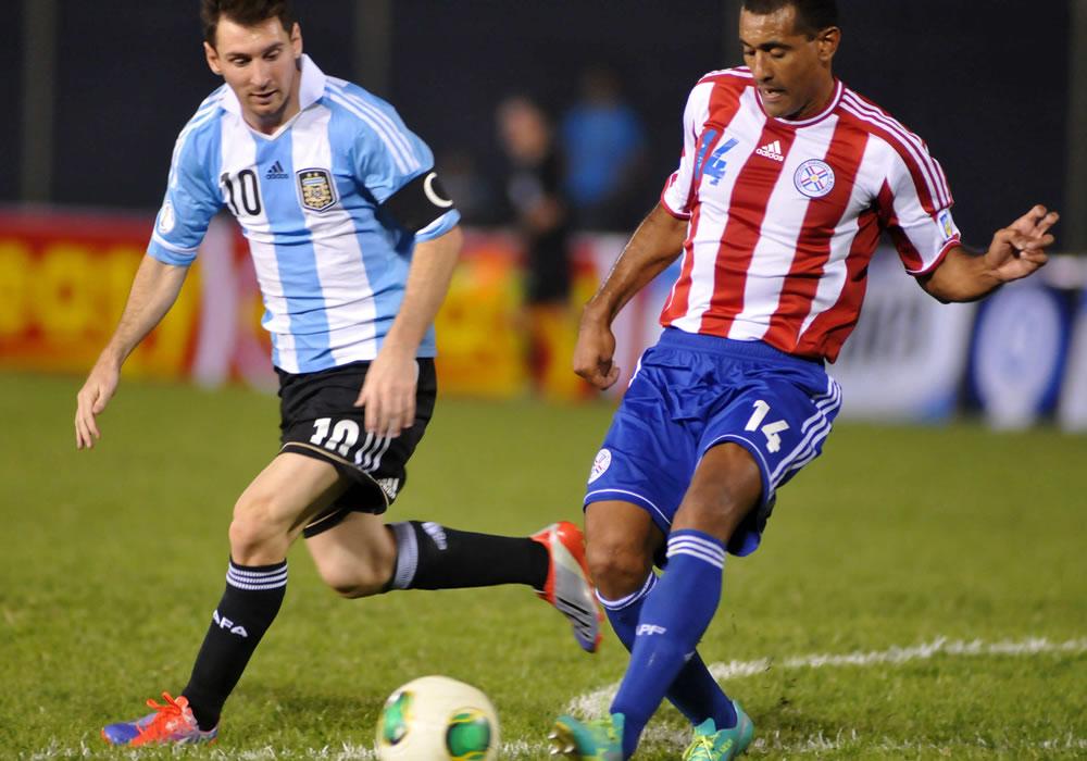 Paulo Da Silva (d) de Paraguay disputa el balón con Lionel Messi (i) de Argentina. Foto: EFE
