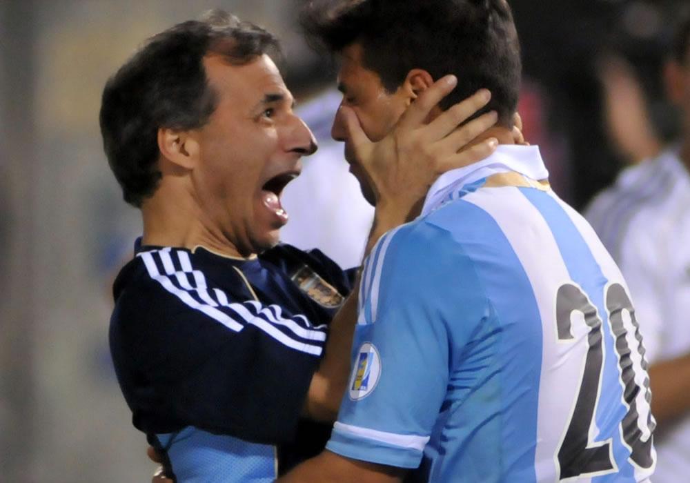 Sergio Agüero (d) de Argentina celebra el segundo gol ante Paraguay. Foto: EFE