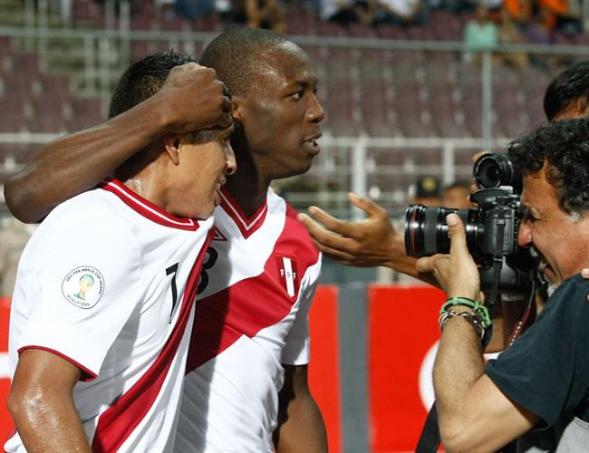 El jugador de Perú Paolo Hurtado (i) celebra su gol ante Venezuela. Foto: EFE