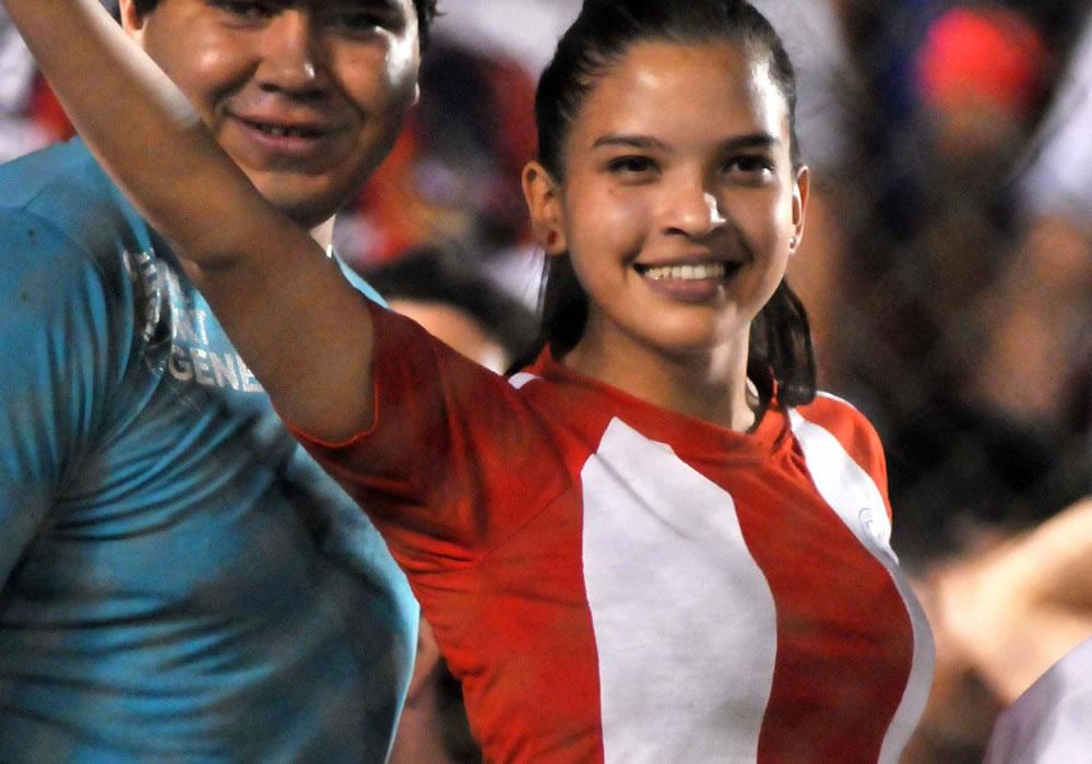 Seguidores de la selección de fútbol de Paraguay animan a su equipo. Foto: EFE