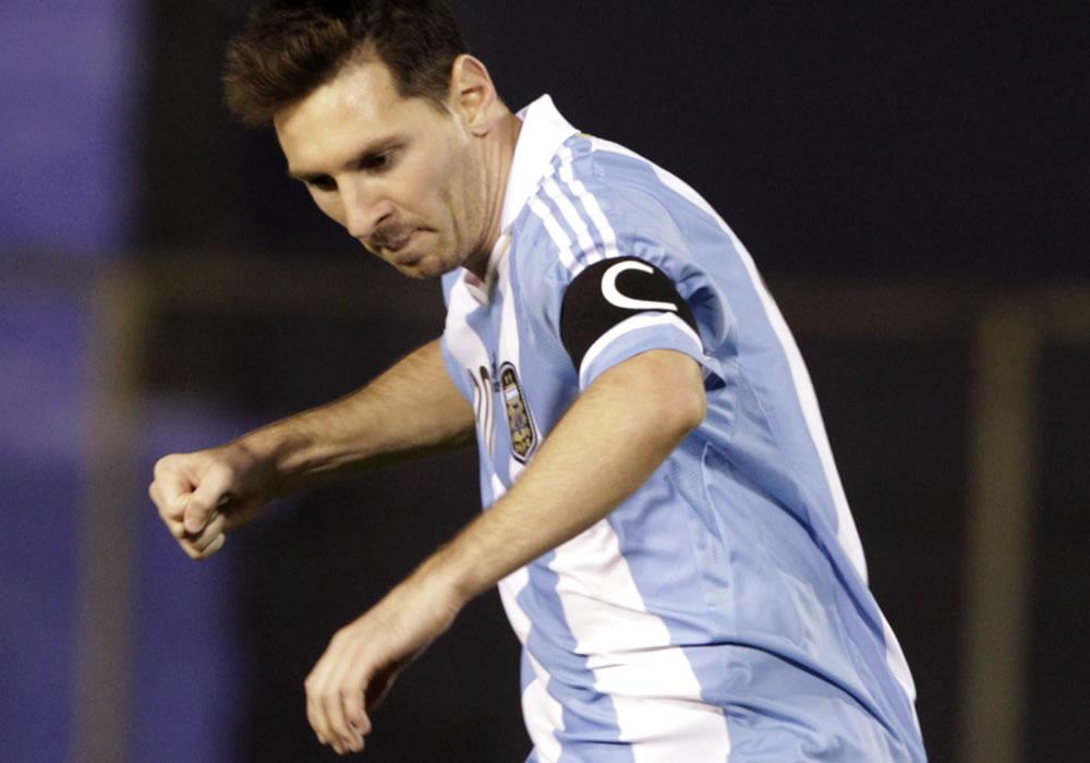 Leo Messi de Argentina celebra un gol ante Paraguay. Foto: EFE