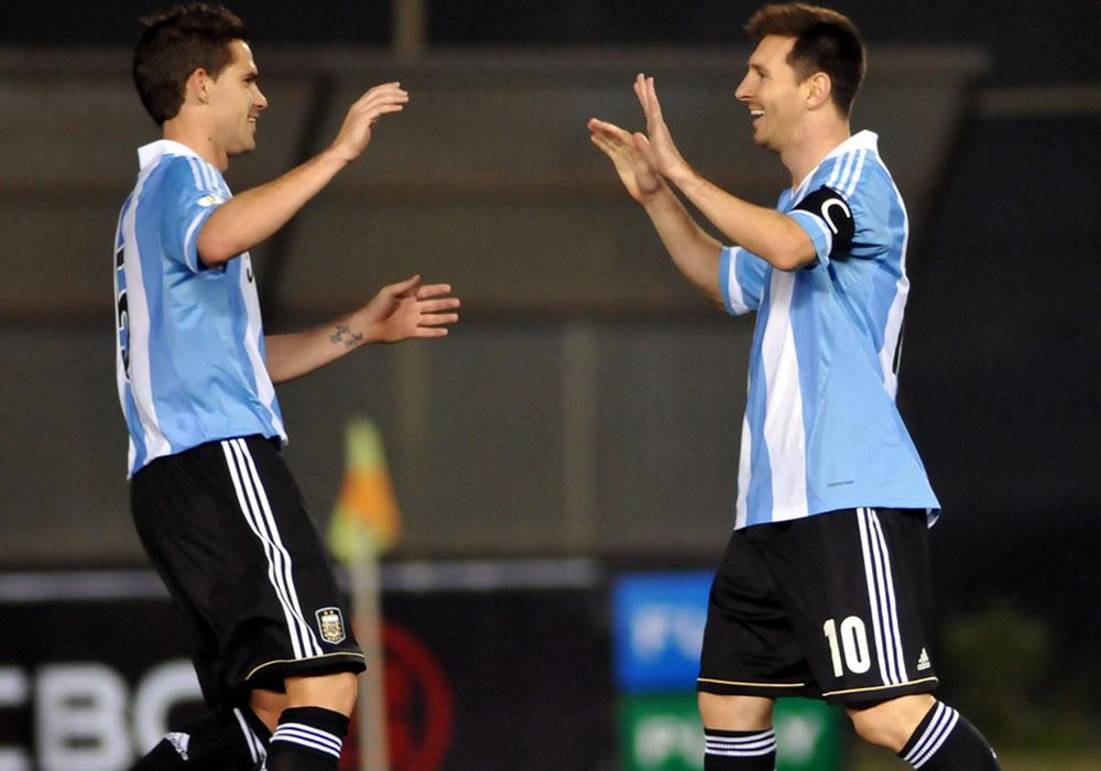 Leo Messi (d) de Argentina celebra un gol ante Paraguay con Fernando Gago (i). Foto: EFE