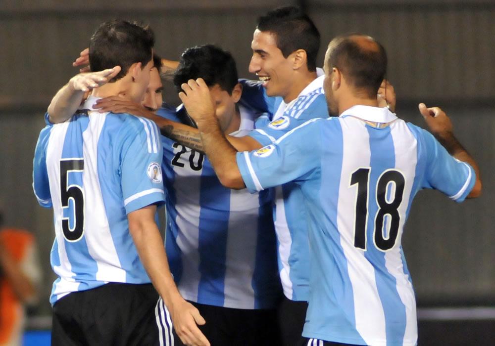 Leo Messi (i) de Argentina celebra un gol ante Paraguay con sus compañeros de equipo. Foto: EFE