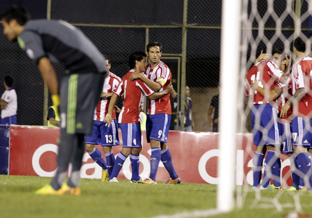 ugadores de la selección de fútbol de Paraguay celebran tras una anotación ante Argentina. Foto: EFE