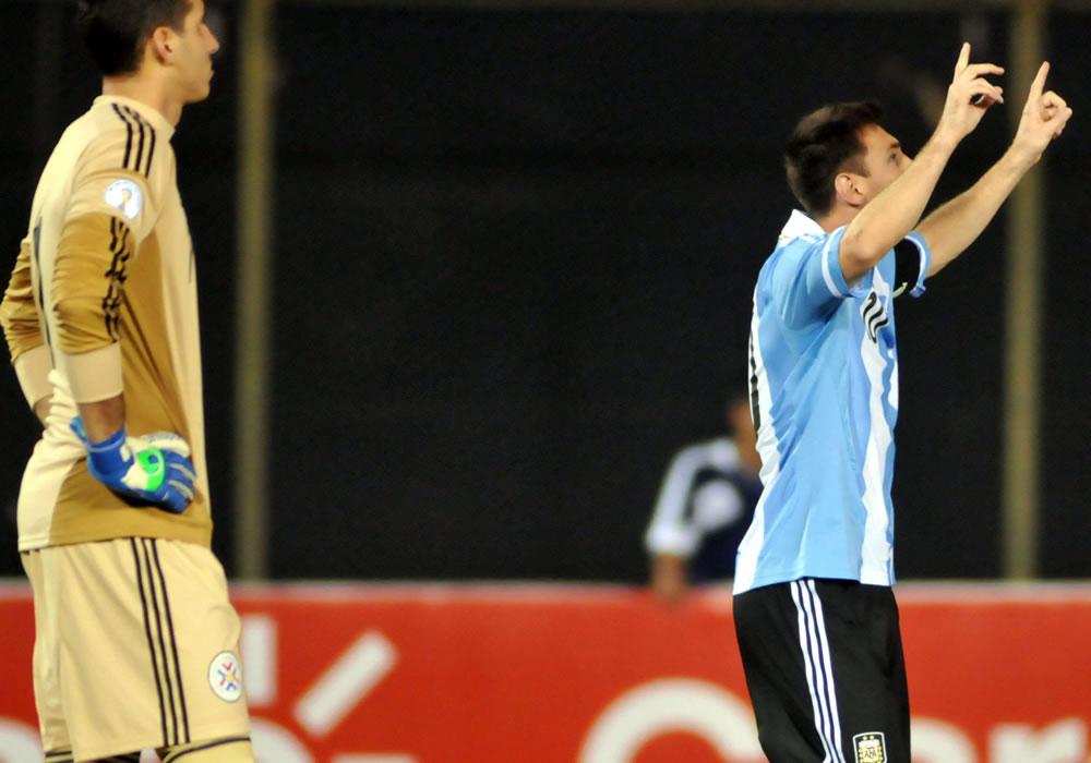 Leo Messi (d) de Argentina celebra un gol ante Paraguay. Foto: EFE