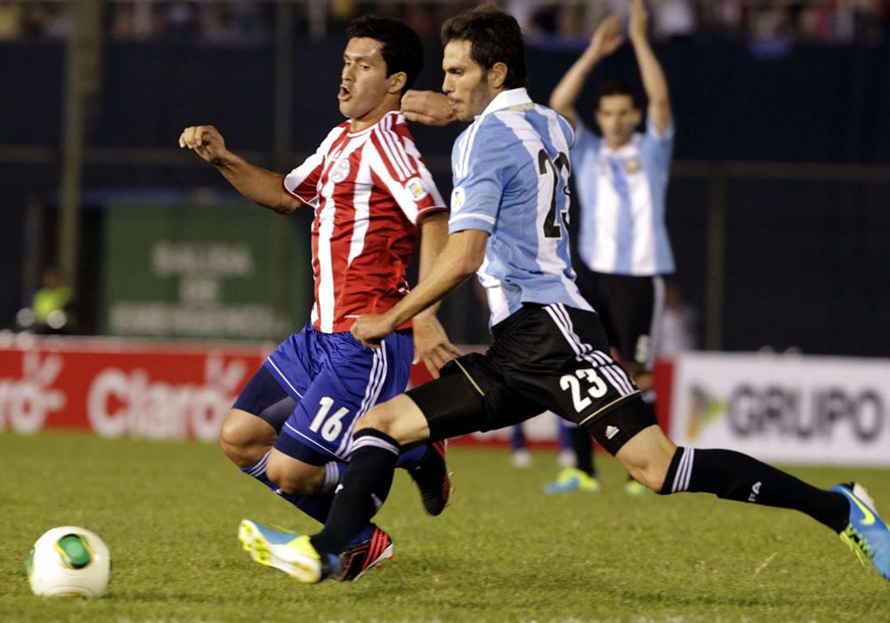 Cristian Riveros (i) de Paraguay disputa el balón con José Basanta (d) de Argentina. Foto: EFE