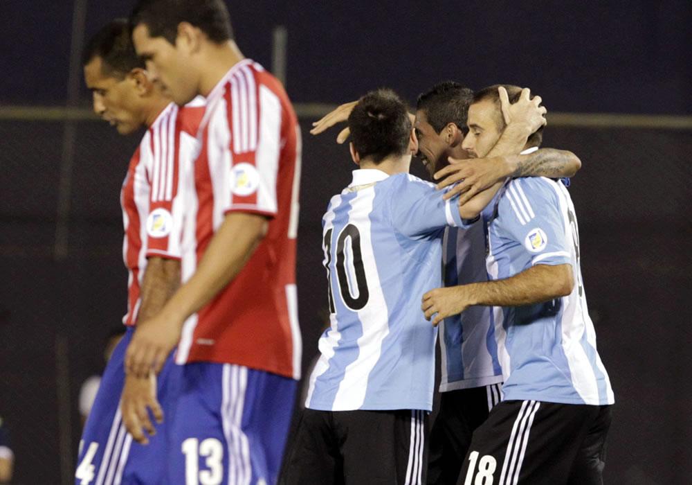 Leo Messi de Argentina celebra un gol ante Paraguay con sus compañeros de equipo. Foto: EFE