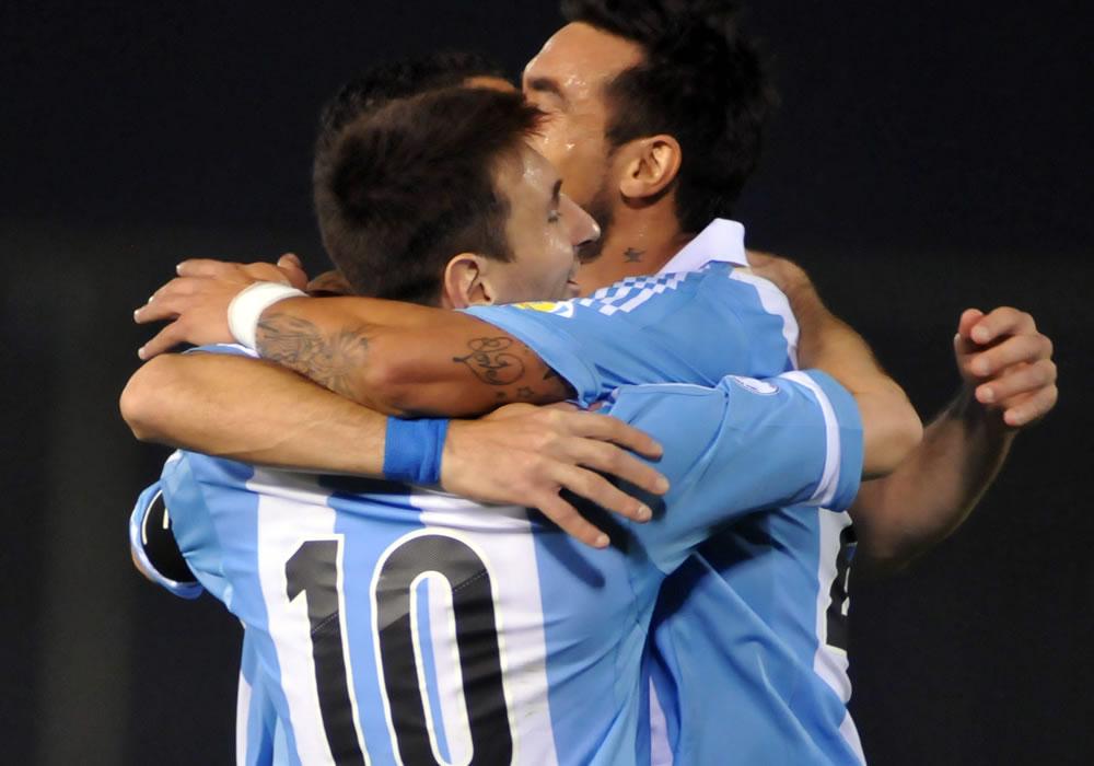 Leo Messi (c) de Argentina celebra una anotación ante Paraguay. Foto: EFE