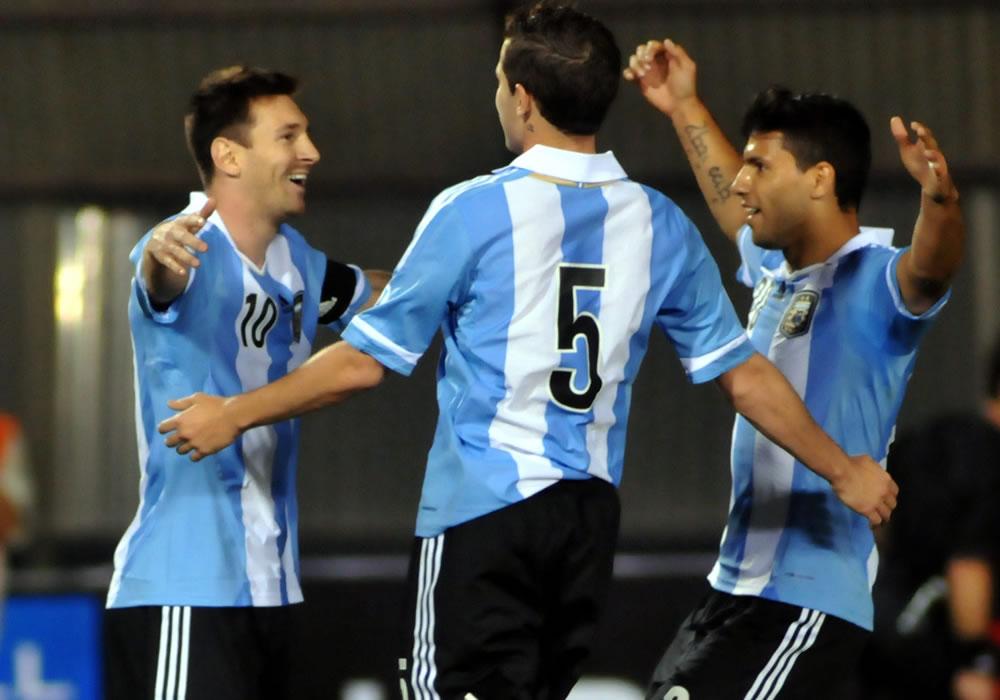Leol Messi (i) de Argentina celebra un gol ante Paraguay con sus compañeros de equipo. Foto: EFE