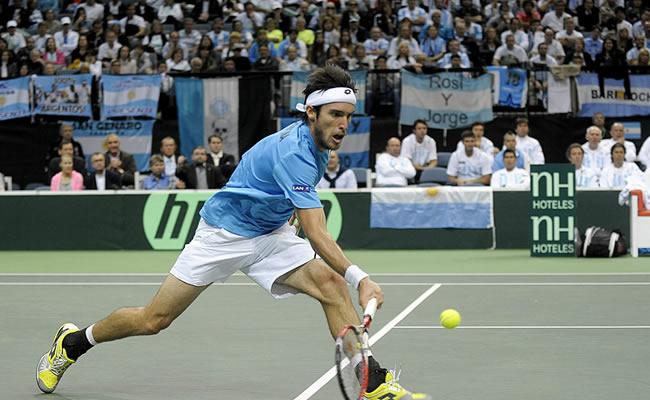 El tenista argentino Leonardo Mayer devuelve una bola al checo Tomas Berdych. Foto: EFE