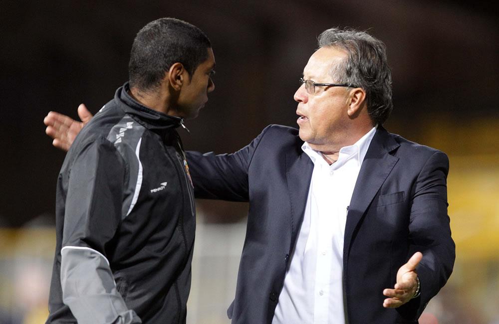 El director técnico Néstor Otero (d) del colombiano La Equidad es expulsado durante juego contra el argentino Vélez Sarsfield. EFE