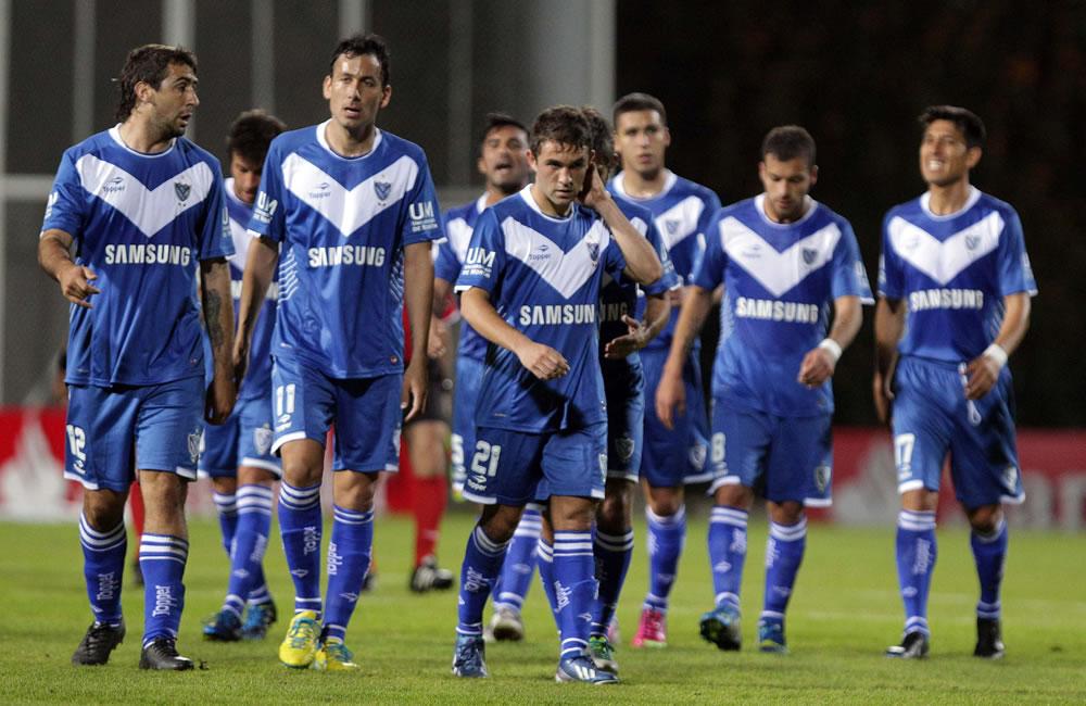 El equipo argentino Vélez Sarsfield durante el descanso del medio tiempo contra el colombiano La Equidad. EFE