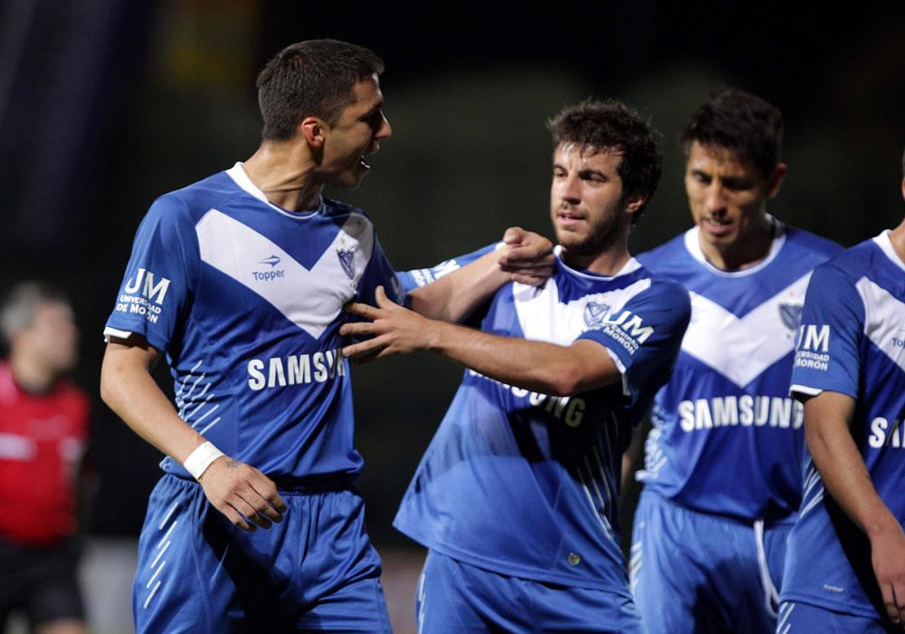 El jugador Héctor Cantero (c) calma a su compañero Fernando Tobio (i) del argentino Vélez Sarsfield. EFE