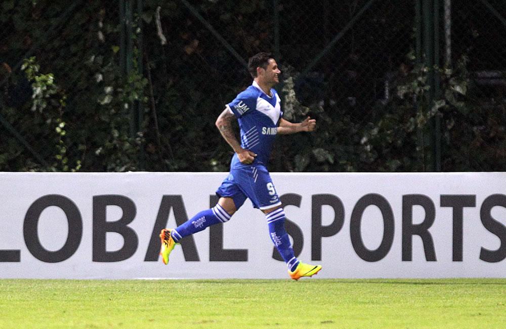 El jugador Mauro Zárate del argentino Vélez Sarsfield celebra luego de anotar contra el colombiano La Equidad. EFE