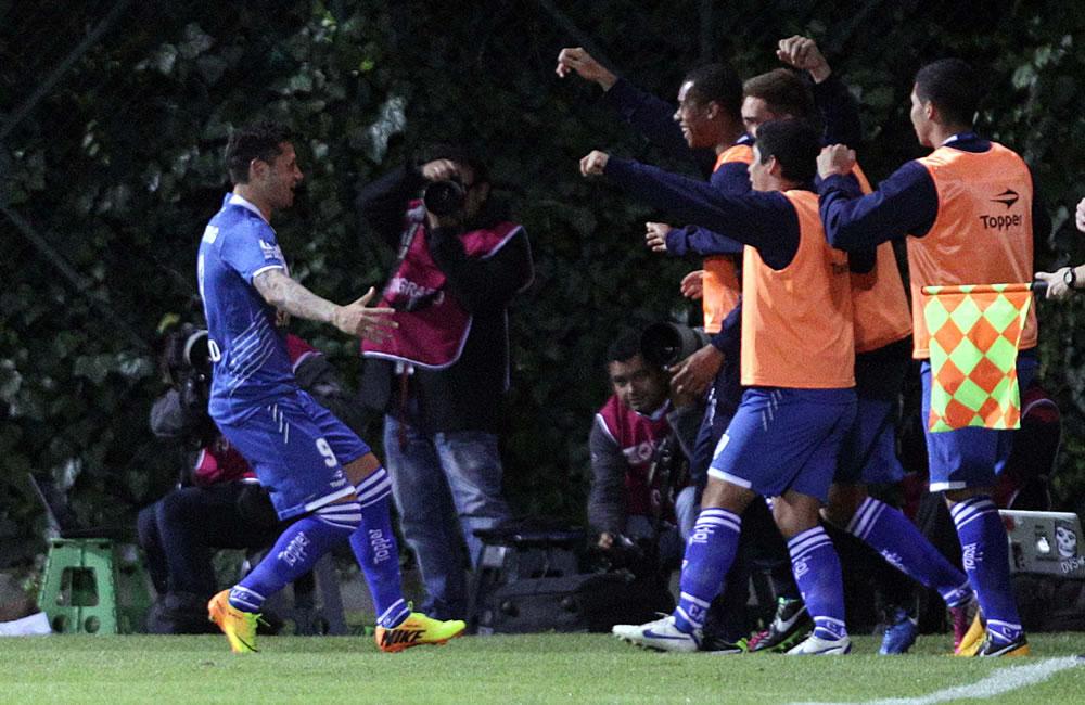 El jugador Mauro Zárate (i) del argentino Vélez Sarsfield celebra con sus compañeros durante juego contra el colombiano La Equidad. EFE