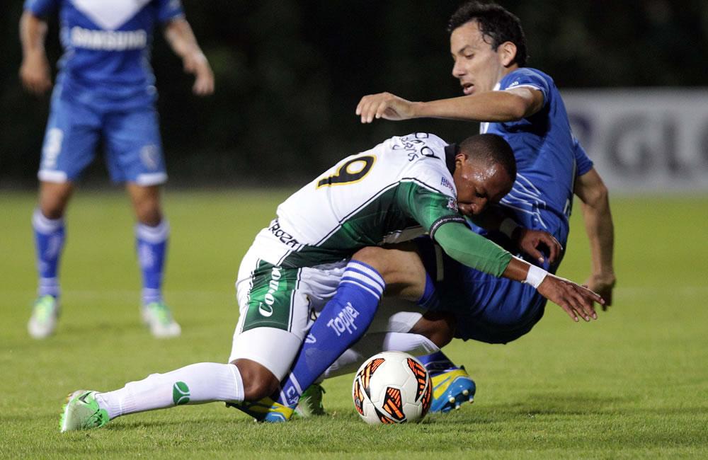El jugador Alejandro Ariel Cabrall (d) del argentino Vélez Sarsfield disputa un balón con José Alcides Moreno (c) del colombiano La Equidad. EFE