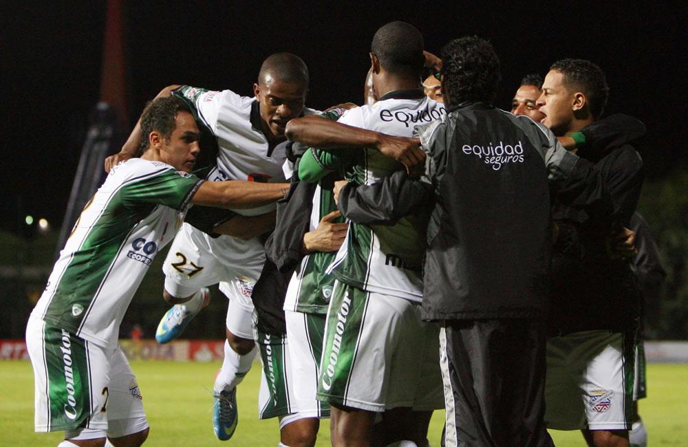 Los jugadores del colombiano La Equidad celebran el gol de Wílmer Díaz Lucumi (en medio) contra el argentino Vélez Sarsfield. EFE