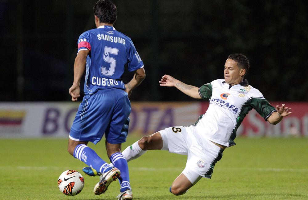 El jugador Dónald Diego Millán (d) del colombiano La Equidad disputa un balón con Fabián Alberto Cubero (i) del argentino Vélez Sarsfield. EFE