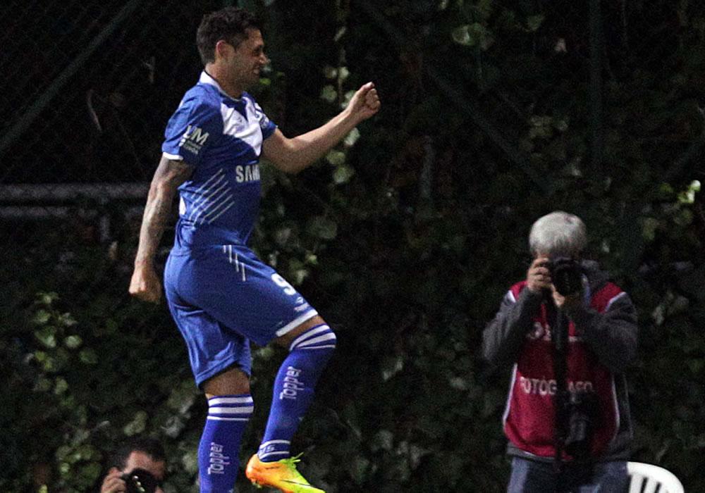 El jugador Mauro Zárate del argentino Vélez Sarsfield celebra tras anotar contra el colombiano La Equidad. EFE