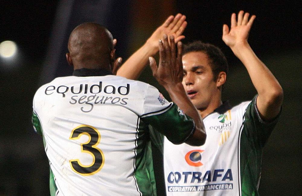 El jugador del Jonathan Esteban Álvarez Isaza (d) celebra con Wílmer Díaz Lucumi (i) del colombiano La Equidad su gol contra el argentino Vélez Sarsfield. EFE
