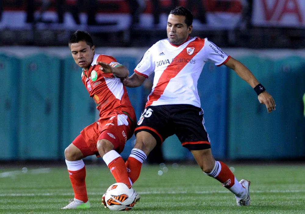 El jugador de River Plate de Argentina Gabriel Mercado (d) ante Jonny Uchuari (i) de la Liga de Loja. Foto: EFE