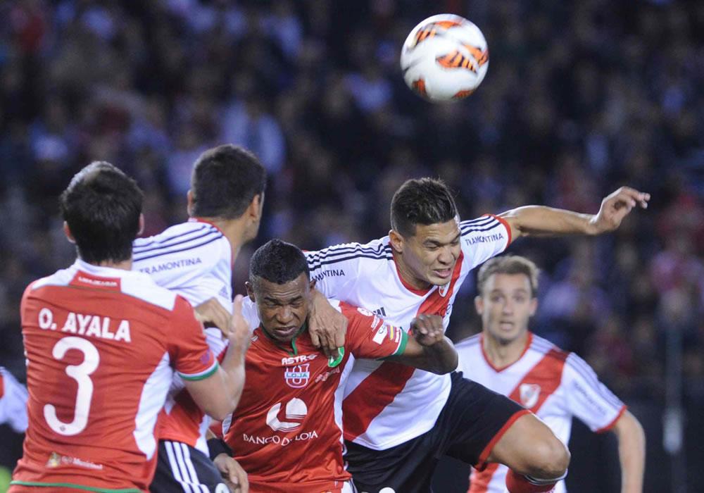 El jugador de River Plate de Teófilo Gutierrez (d) cabecea ante la Liga de Loja. Foto: EFE