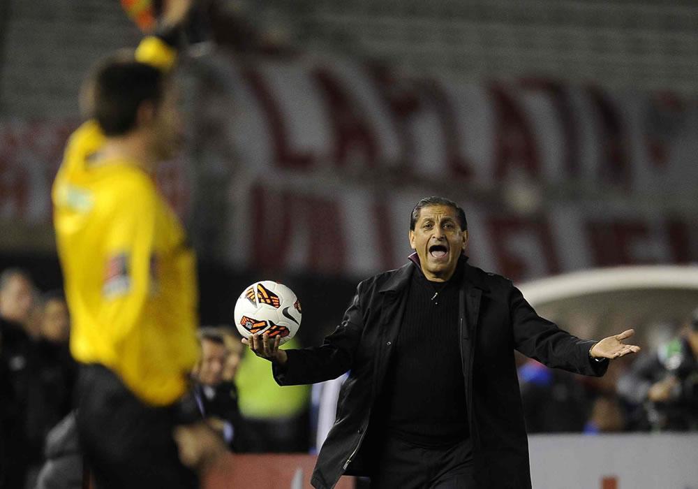 El director técnico de River Plate de Argentina, Ramón Díaz, observa las acciones ante la Liga de Loja. Foto: EFE