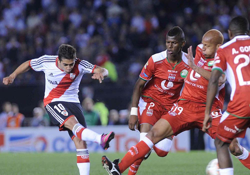 El jugador de River Plate de Argentina Manuel Lanzini anota un gol ante la Liga de Loja. Foto: EFE