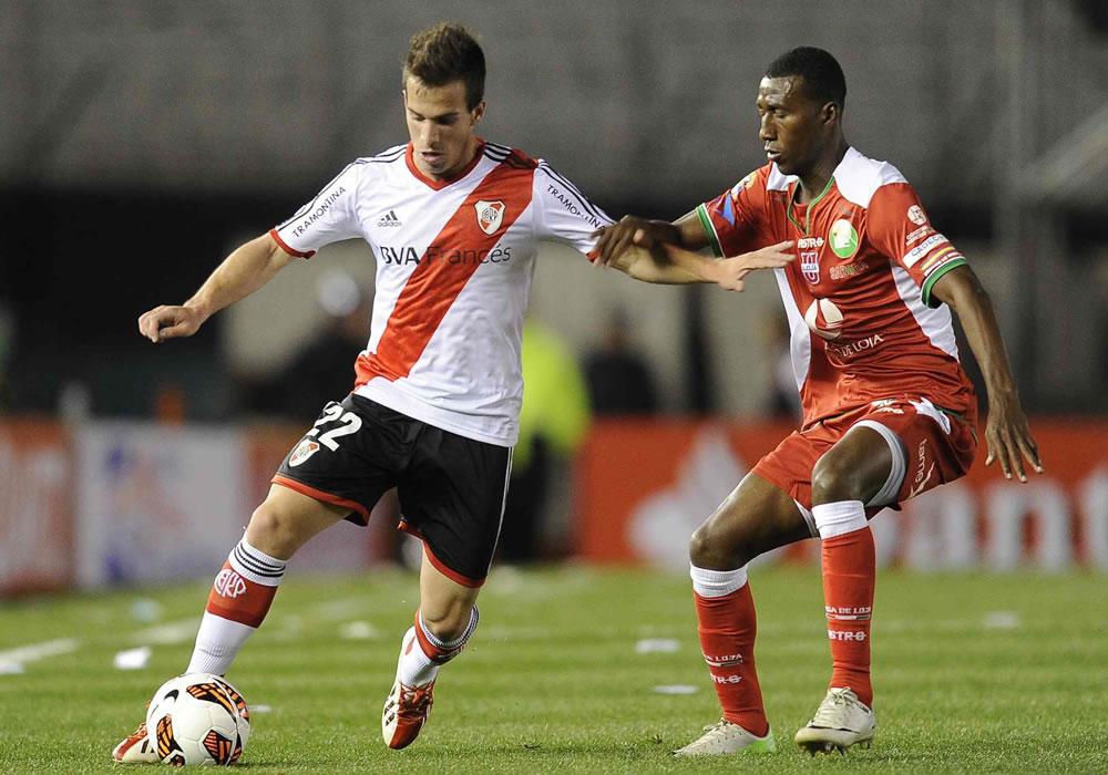 El jugador de River Plate de Argentina Federico Andrada (i) ante Jaime Ayoví (c) de la Liga de Loja. Foto: EFE