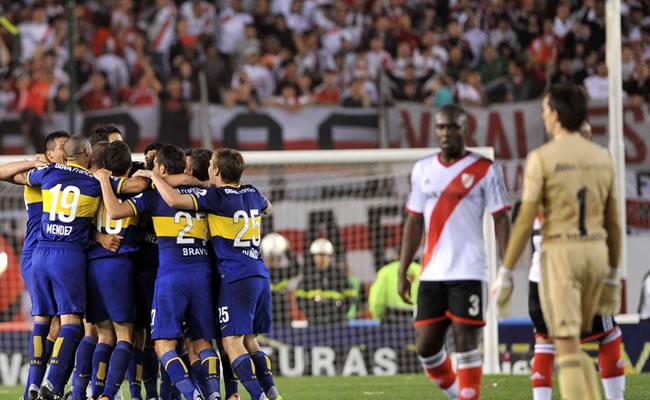Boca se quedó con el superclásico y se mantiene cerca del líder Newell's. Foto: EFE