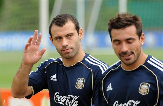 Los jugadores de la selección Argentina de fútbol Javier Mascherano (i) y Ezequiel Lavezzi. Foto: EFE