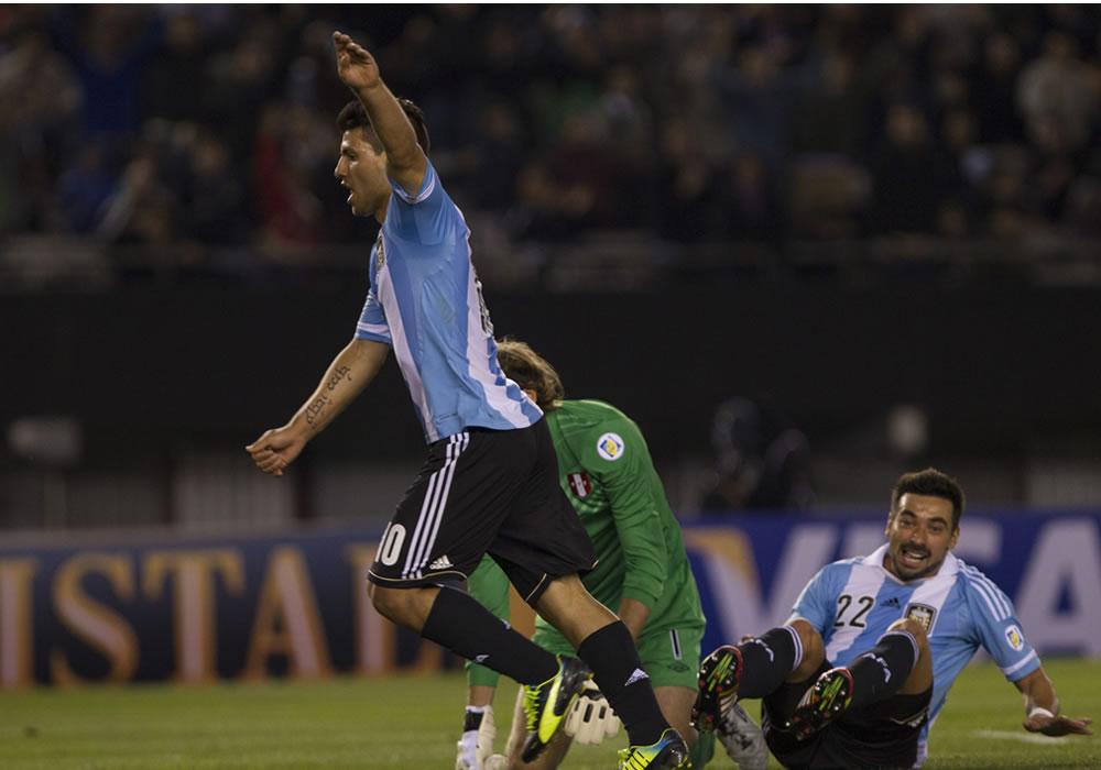 El jugador de Argentina Ezequiel Lavezzi (d) celebra su gol contra Perú. EFE