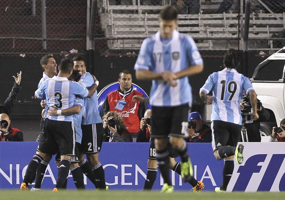Jugadores de la selección de Argentina festejan su tercer gol ante Perú. Foto: EFE