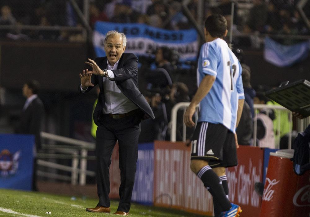 El director técnico de la selección de Argentina, Alejandro Sabella (i). Foto: EFE