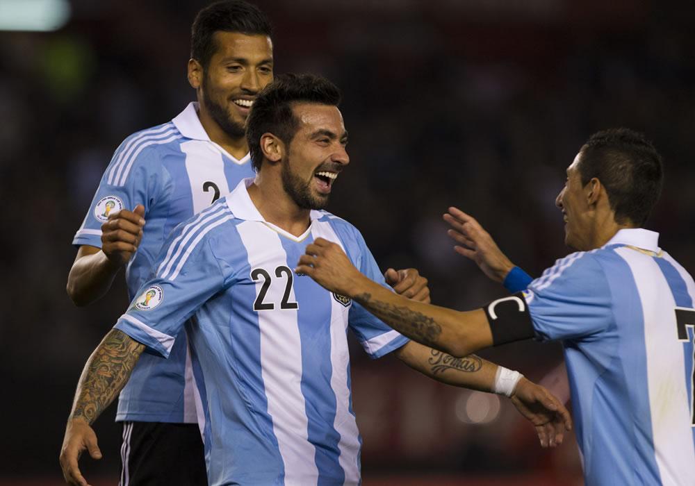 El jugador de Argentina Ezequiel Lavezzi (c) celebra su gol contra Perú. Foto: EFE