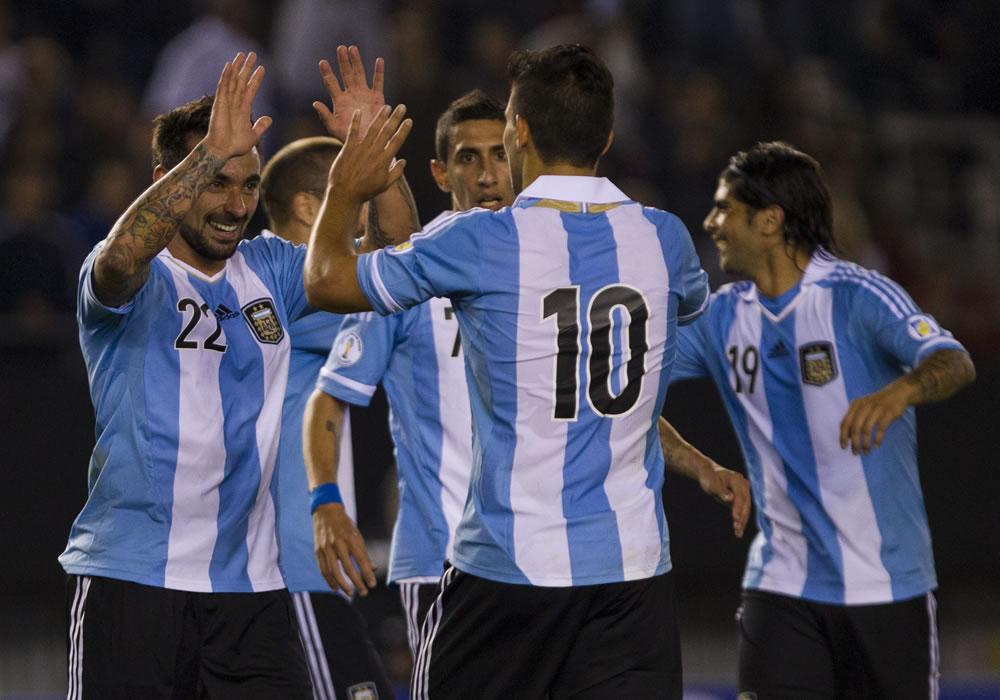 El jugador de Argentina Ezequiel Lavezzi (i) celebra su gol contra Perú. EFE